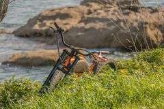Elektrisk utomhus- cykel och natur arkivfoton