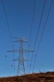 Elektriska över huvudet trådar och pylon Royaltyfri Bild