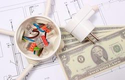 Elektriska ask, propp och pengar på teckningen, energibegrepp Arkivbilder