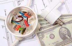 Elektriska ask, propp och pengar på teckningen, energibegrepp Royaltyfria Bilder