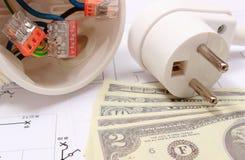 Elektriska ask, propp och pengar på teckningen, energibegrepp Royaltyfria Foton