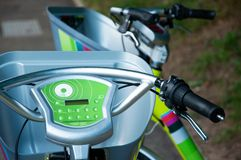 Elektriska cyklar visas fotografering för bildbyråer