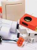 Elektriska delar, tillbehör för att iscensätta jobb och diagram Royaltyfria Foton