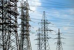 elektriska höga linjer spänning arkivbilder