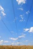 elektriska höga linjer spänning Arkivfoto