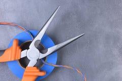 Elektriska hjälpmedel och del som används i elektriska installationer Arkivfoto