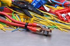 Elektriska hjälpmedel och kablar som används i elektriska installationer Arkivbild