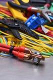 Elektriska hjälpmedel och kablar som används i elektriska installationer Arkivbilder