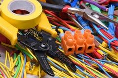 Elektriska hjälpmedel och kablar som används i elektriska installationer Fotografering för Bildbyråer