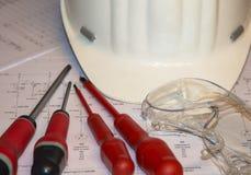 Elektriska hjälpmedel på schematisk teckning Arkivfoto
