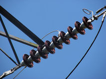 Elektriska isolatorer på pylonen arkivbild
