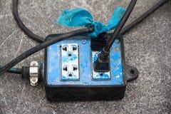 Elektriska kablar förbindelse till en maktremsa Royaltyfri Fotografi