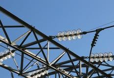 elektriska kablar i aluminium av hög spänning som transporterar elen royaltyfri fotografi