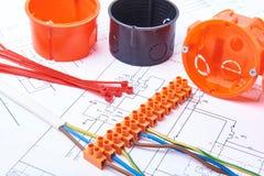 Elektriska kontaktdon med trådar, föreningspunktasken och olika material som används för jobb i elektricitet Många hjälpmedel som Royaltyfria Foton