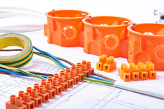 Elektriska kontaktdon med trådar, föreningspunktasken och olika material som används för jobb i elektricitet Många hjälpmedel som Royaltyfri Foto