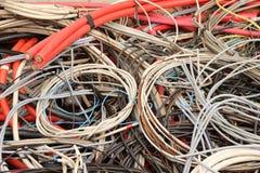 Elektriska kopparkablar i en sakkunnig slöser bort nedgrävning av sopor Arkivfoto