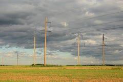 Elektriska kraftledningar. Royaltyfria Foton