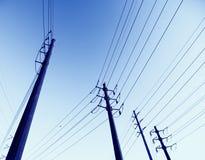 Elektriska kraftledningar arkivfoto