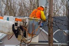 Elektriska linjer servar män som behandlar skada efter orkan royaltyfria foton