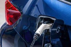 Elektriska medel och elektriska medeluppladdningsstationer Royaltyfri Bild