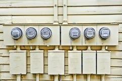 Elektriska meter på gammalt hus Arkivbild