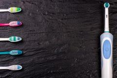 Elektriska och manuella tandborstar på bakgrunden med kopieringsutrymme för din text Top beskådar Royaltyfri Foto