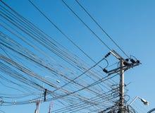 Elektriska Pole i staden Arkivfoto