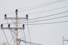 Elektriska poler av kabel och himmel Arkivbild