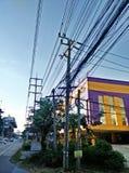 Elektriska poler desorganiserade nära trottoaren i bangkok Arkivfoton
