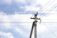 Elektriska poler, höga spänningstrådar Arkivbilder