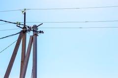 Elektriska poler, isolatorer och tråd royaltyfria foton