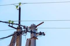 Elektriska poler, isolatorer och tråd arkivbild