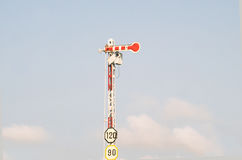 Elektriska poler med begränsad hastighet för etikett tecken Royaltyfri Foto