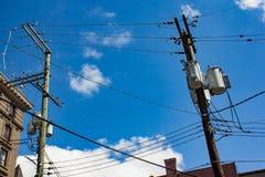 Elektriska poler med molnet i himlen Arkivbilder