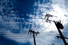 Elektriska poler med tråd Arkivbilder