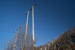 Elektriska poler på klar himmelbakgrund Royaltyfri Bild