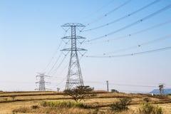 Elektriska Powerlines och pyloner på vinterlandskap Royaltyfri Fotografi