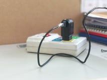 Elektriska proppar pluggas in i uttaget royaltyfri fotografi