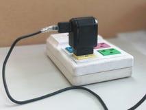 Elektriska proppar pluggas in i uttaget arkivbilder