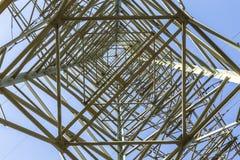 Elektriska pyloner som transporterar elektricitet till och med hög spänning ca Arkivbilder