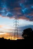 Elektriska pylonkonturer i en solnedgång Tid Arkivbild
