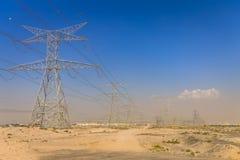 Elektriska rasterlinjer i öken Elektriska överföringslinjer i öknen Fotografering för Bildbyråer