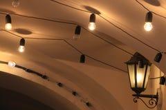 Elektriska retro ljus under taket Arkivfoto
