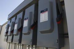 Elektriska säkerhetsbrytareaskar på solenergiväxten Arkivfoton