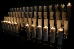 Elektriska stearinljus med glödande lampor i basilika Royaltyfri Foto
