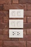 Elektriska strömbrytare som monteras på väggen Arkivfoto
