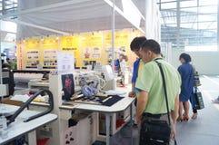 Elektriska symaskinutställningförsäljningar royaltyfri fotografi