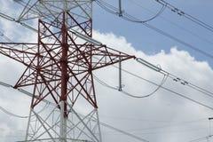 Elektriska torn för Hög-spänning maktöverföring Arkivbild