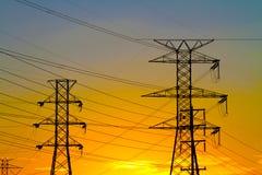 Elektriska torn för modernt stål på solnedgången Royaltyfri Fotografi