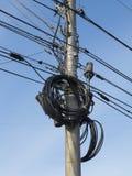 Elektriska trådar på elektriska poler på Moskvastaden Royaltyfria Bilder